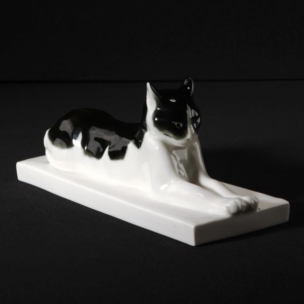 """Porzellanfigur """"Liegende Katze"""" von Etha Richter aus glasiertem Porzellan"""