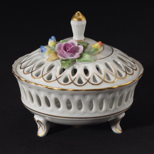 Dose aus glasiertem Porzellan, farbig dekoriert und mit Blumenbelag