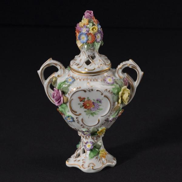 Potpourrivase aus glasiertem Porzellan, farbig dekoriert und mit Blumenbelag